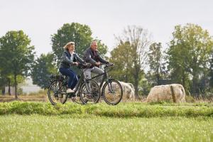 Koppel fietsend met de Veloci elektrische fiets